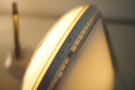 Äänenvoimakkutta ja lampun kirkkautta säädetään fyysisillä painikkeilla