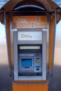 Otto-automaatti käsittelee haljusti tunnuslukunsa väärin naputtelevaa. (Kuva: Wikipedia)