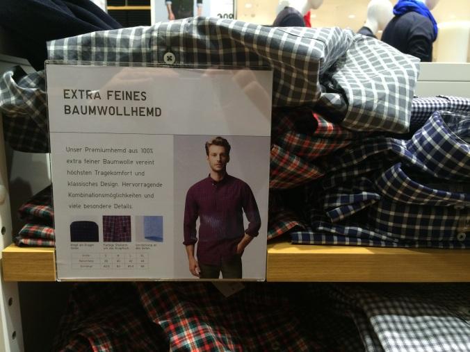 Uniqlon kaupassa vaatehyllyssä on Ikea-tyylinen lappu, joka kertoo tuotteen erinomaisuudesta. Esimerkillistä, vain kokovalikoimat puuttuvat.