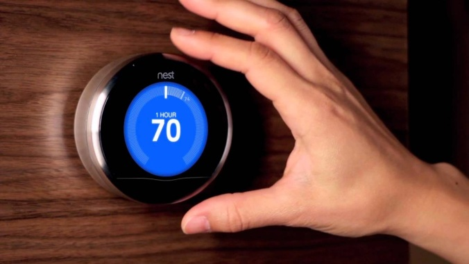 Nest-termostaatti. En tiedä, kuinka se toimii, mutta tekisipä mieli päästä pyörittämään sitä.
