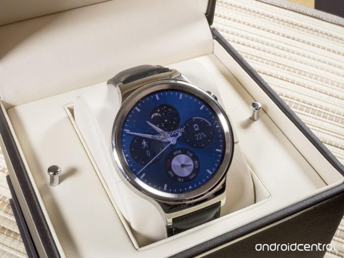 Saman hintaluokan Huawei Watch on positioitu arvokkaaksi ja toimitetaan arvokellon korurasiassa –jossa on juuri niin jäykkä sarana kuin olettaisi.