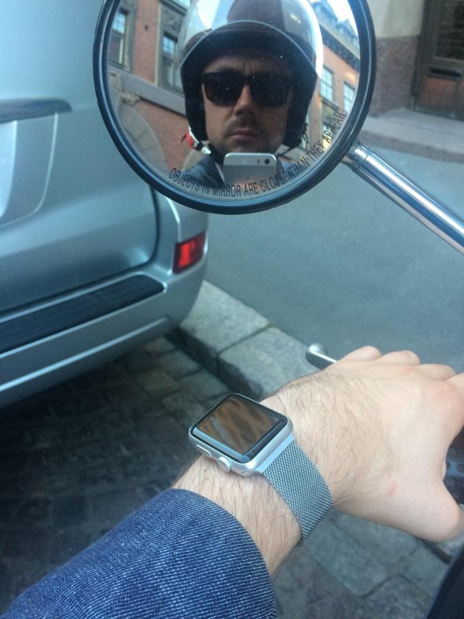 Skootteroidessa kello on kätevä apu ja jopa puhelinta huomaa käyttävänsä.